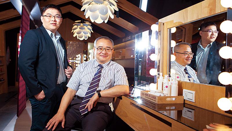 台鉅集團董事長 陳東亮( 右)、總經理 陳一銘( 左)