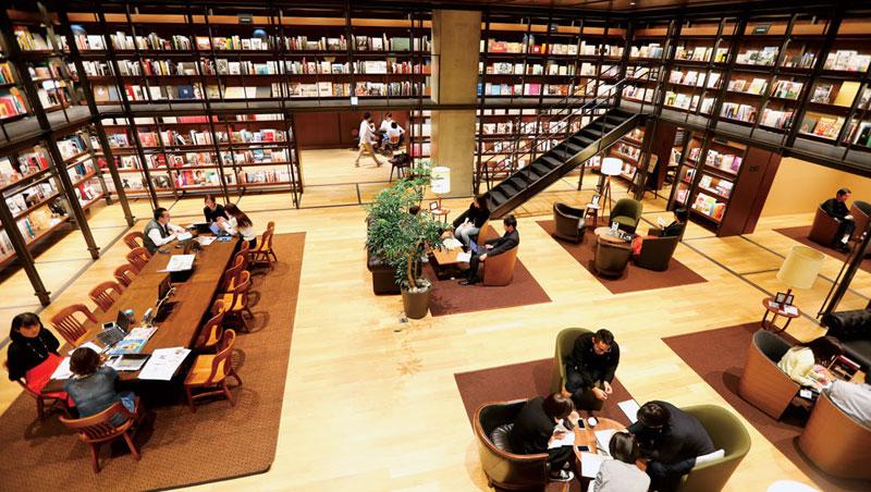 讀書室目前擁有柳井正、創意總監 John C. Jay 等人的 2,500 冊藏書,隨時為員工提供靈感的素材。
