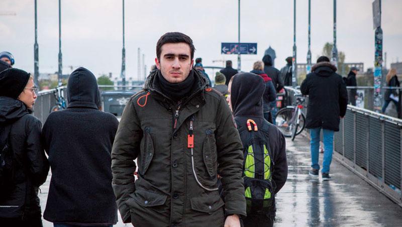 來自敘利亞的二十歲難民莫達馬尼(Anas Modamani),已被三波假新聞攻勢,幾乎摧毀人生。
