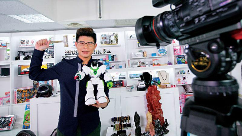 葉昇峻背後的商品陳設櫃,是他與網友互動的利器之一,網友留言想買什麼,他就會在直播中從櫃裡找出來賣。