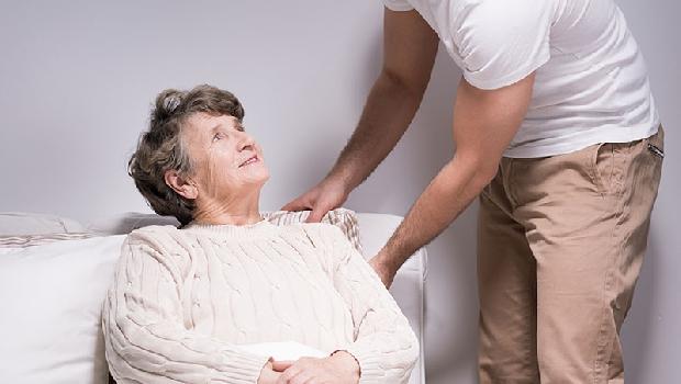 「我差點殺了久病的母親...」離職照護雙親:最大的不幸,是你以為苦守病塌才是孝順