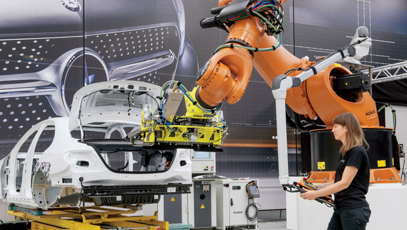 在賓士最先進的智慧工廠裡,兩人高的機器手臂,沒被關在柵欄裡,而是和工程師一起合作,協力將重達百公斤的電池安裝到混合動力車裡。