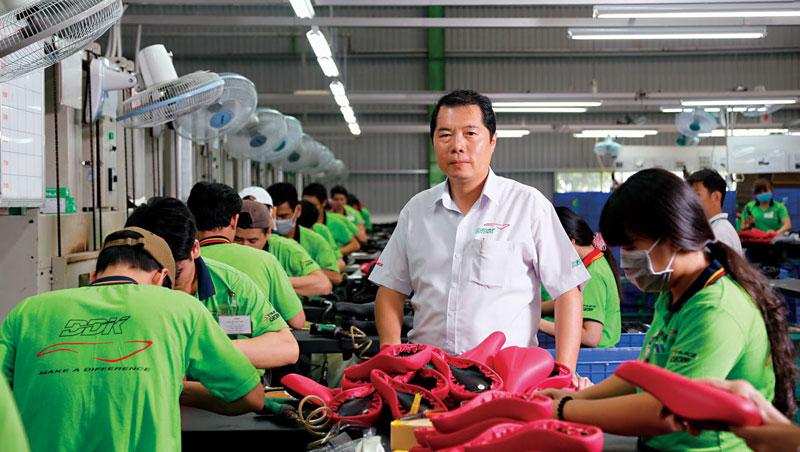 在越南設廠17 年,蔡文瑞已把這裡當作他的家。站在暴動後新建的廠房,對照被燒毀的廠房,他感嘆的說,「當初燒我們、砸我們的是越南人,但一路幫我們(再起)的,也是越南人。」