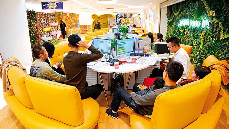 先在尚品網站挑選設計,再到位於大廈3樓的實體店體驗未來裝潢的模樣,透過新零售,讓它線上人流轉換率高達5成。