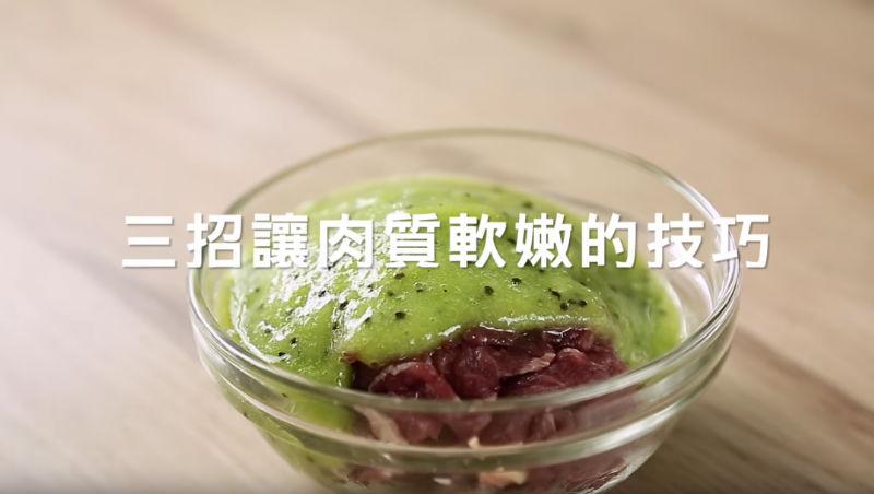 不用太白粉也能讓肉質滑嫩!用這「3種水果」醃肉,低脂更美味