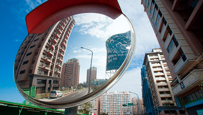 房市景氣退潮就像一面照妖鏡,反映出台灣產業發展疲弱的真相。圖為眾多投資客套牢的新北市淡海新市鎮。