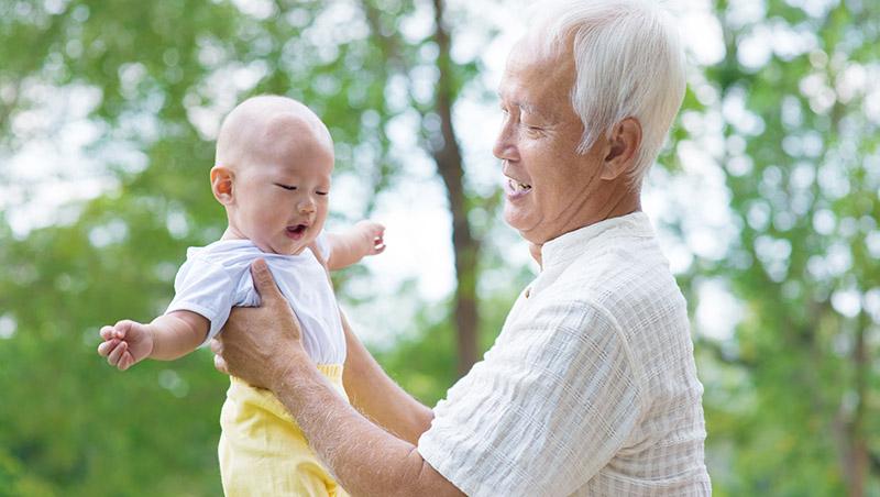 孩子的鼻子多捏會變挺?長輩育兒經驗真要命,看到這4個行為請制止