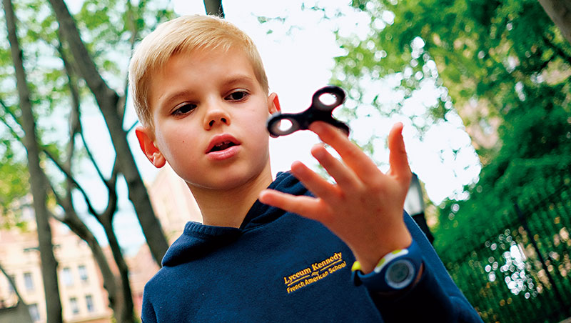 指尖陀螺有一用是幫助自閉症學童集中注意力,但風靡國內、外校園後,反因噪音過大被校方禁玩。