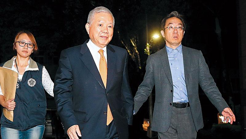 永豐金控前董事長何壽川(中)移送台北地檢署後,被收押並解除職務,成為史上首位任內被收押禁見的金控董事長。