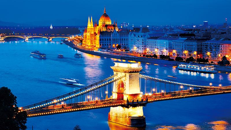 橫跨於多瑙河,1849年完工的鏈橋,是布達佩斯的重要地標。因為這座橋,布達與佩斯兩座城終於連為一體。