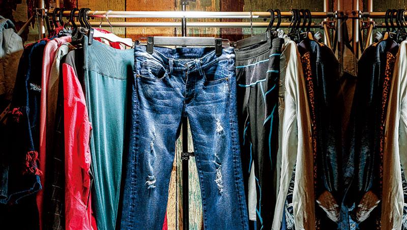 這個美國文化的代表產業,一路挺過內戰、經濟大蕭條仍屹立不搖,卻在今日步向死亡,連帶牽動台灣紡織相關供應鏈。是誰,殺死了牛仔褲?