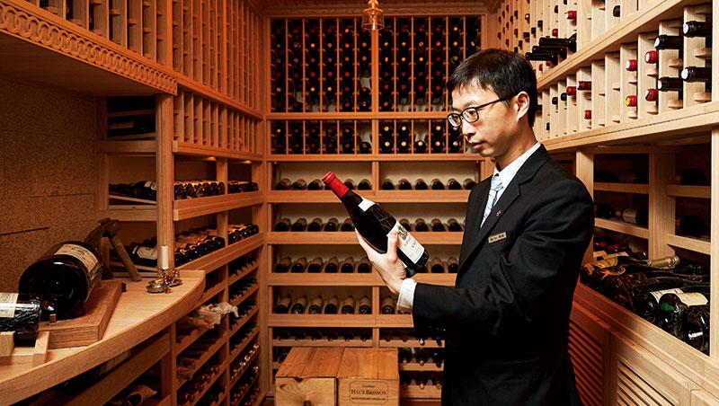 巡視酒窖也是侍酒師的重要工作。三二行館侍酒師陳定鑫表示,這不滿5坪的空間花了150萬元打造,終年維持攝氏16至18度以利葡萄酒保存。