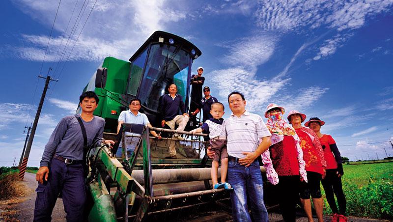 曾是友達旗下子公司工程師的「農二代」翁育群,是帶領著一群年輕人翻轉的關鍵人物。他拉開一袋袋高營養價值的大豆,介紹起今年第一期試種的收成,單位獲利比玉米高一.五倍。