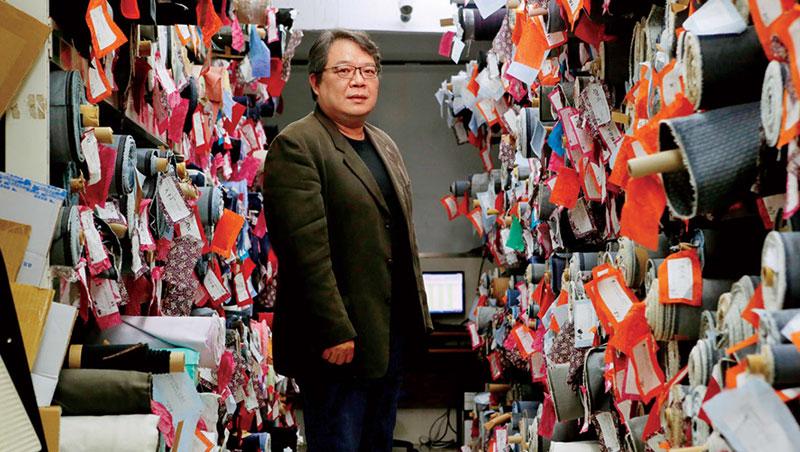 南杰創立的始末,要回溯到姚嘉南的另一個身分──台灣胚布大廠南政企業的第二代。這一間公司,專賣未經染整加工的胚布,客戶則是以台北迪化街一帶的布行為主。