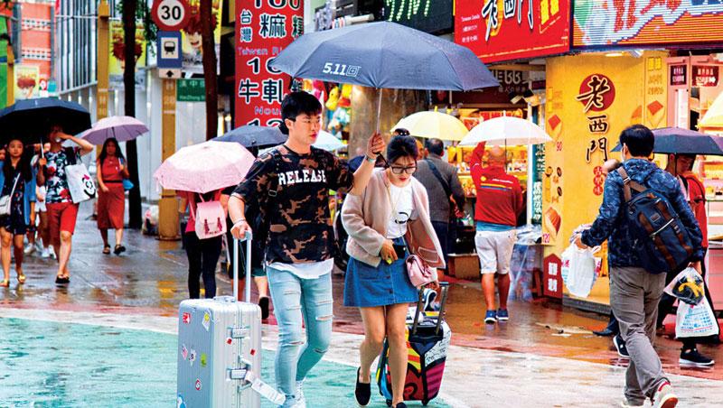 台灣逾6成旅客選擇自由行,讓新創旅遊平台鎖定20歲至50歲, 搶傳統旅行社生意。