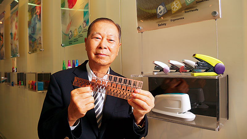 順德董事長陳朝雄展示公司產品,從架上的文具到手上拿的導線架。他認為,做事不能差不多就好,要做到最好才行。