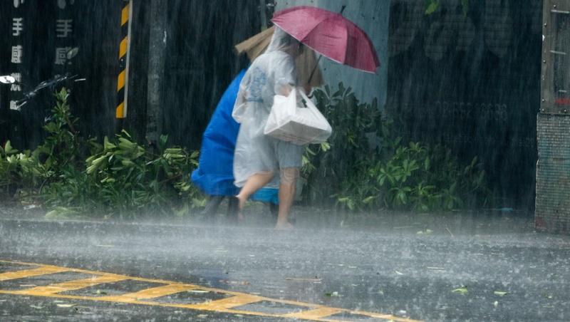 明天第二波「致災」梅雨鋒面轟炸台灣!雨鞋準備好,未來7天全台天氣都是「大雨、陣雨」