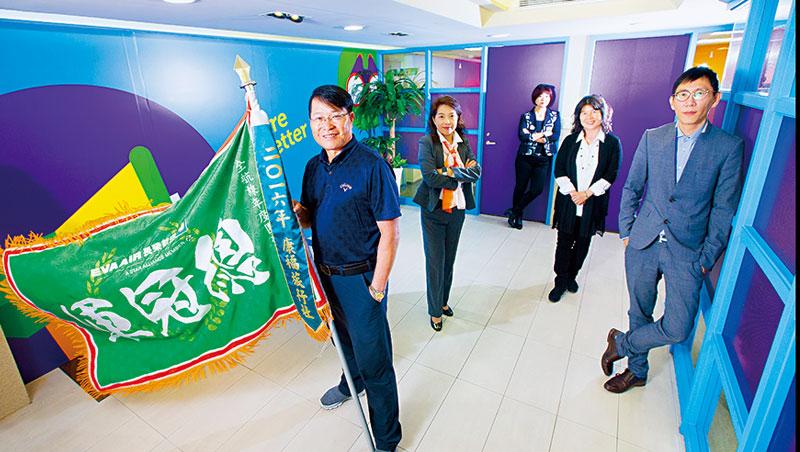 4位股東風格各異,其中吳守謙(左)就負責管理平台,帶領近1,500人旅遊集團拿下多項業界第一。
