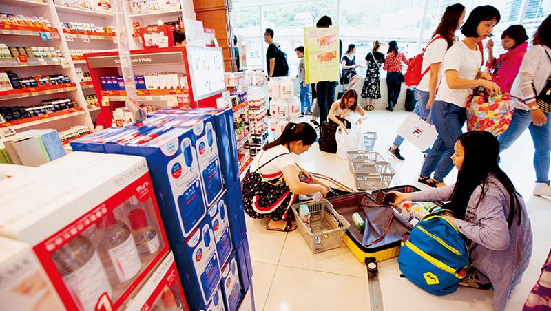 位於沙田的百貨是陸客最愛掃貨的地方之一,隨爆買潮退燒,購物後當街將商品塞入行李箱的畫面,也越來越少了。