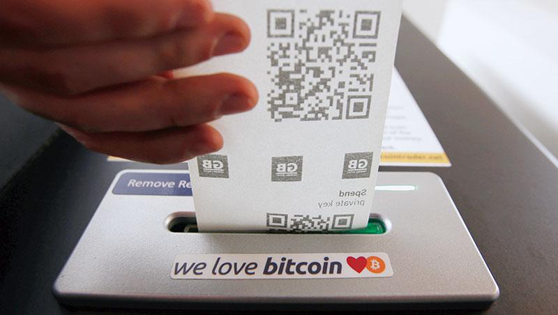 在比特幣ATM 付大筆現金,只換來這張可掃描成比特幣入帳的二維條碼,全是因為信任背後的區塊鏈機制。