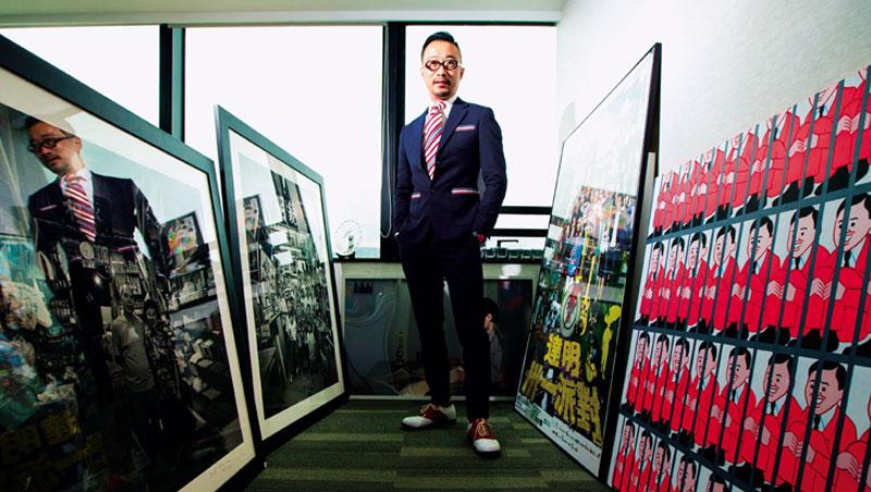 王利民辦公室擺著香港老照片,還有支持佔中的歌手黃耀明演唱會海報,表達了他對香港現況的看法。他認為,香港必須堅守公正、公平制度,才能維繫國際金融中心地位。