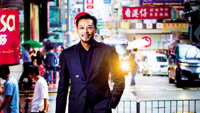尖沙咀街道的「香港仔」招牌,象徵香港拚搏精神,如同趙子翹創業歷程,他說:「香港不缺錢、基礎研究,該想的是如何把人才留下。」