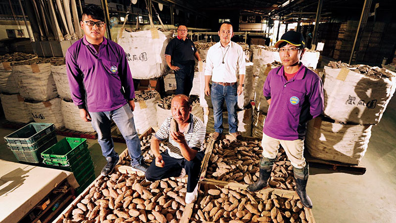 瓜瓜園二代邱裕翔(右2)串聯老農和青農,做到產銷一條龍,去年契作地瓜產量達3.8 萬公噸,是全台產量最大的地瓜產銷班。