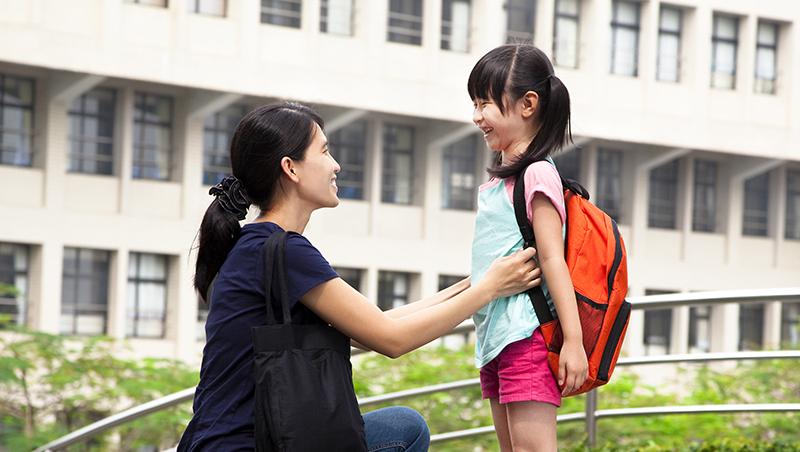 女兒上小學前不會ㄅㄆㄇ,回家問媽媽「我是不是白癡?」一個媽媽這樣跟孩子說