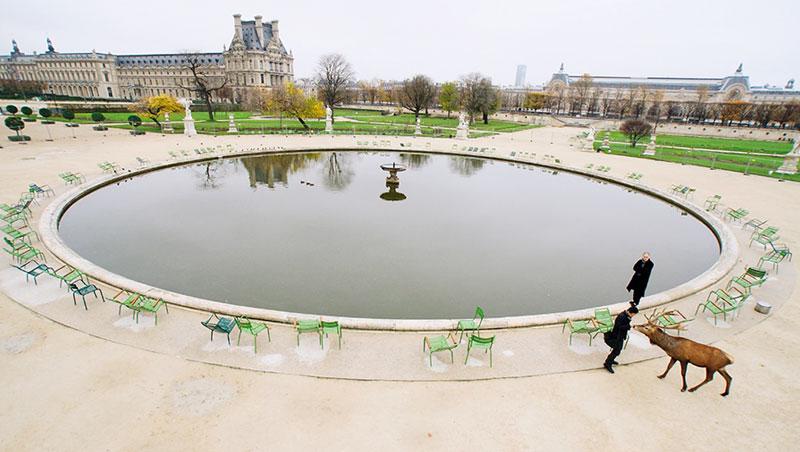 平常總是圍滿遊客的杜樂麗花園大水池,在羅浮宮電影《臉》中顯得極度寧靜,導演蔡明亮選擇在此段影片現身,為電影畫下句點。