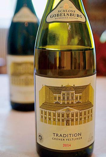 綠維特利納,常有杏桃與水蜜桃香氣,口感豐厚圓潤,相當可口易飲,為理想的佐餐白酒。