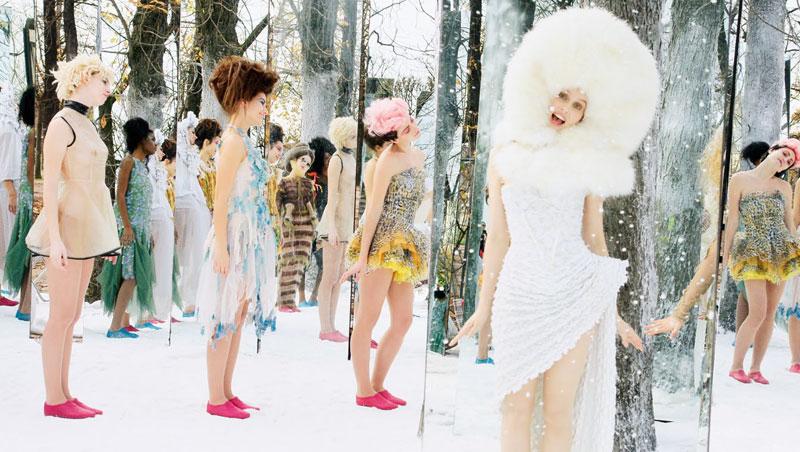 《臉》的女主角在杜樂麗花園一角鏡子森林裡,對嘴唱著〈妳真美麗〉。