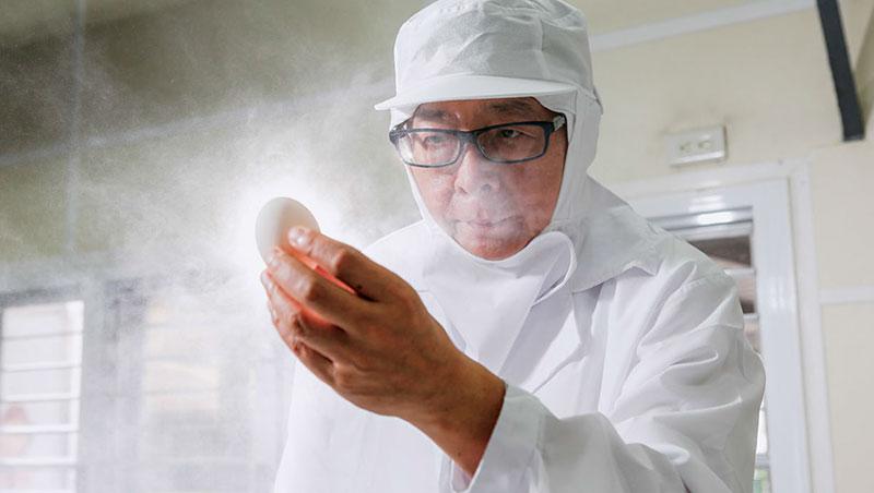 67歲的王榮得為了降低剝蛋破損率,他從一顆蛋出生前就開始研究,發現產蛋後3天,蛋收乾時剝蛋,是提升良率秘訣。