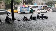 水淹計程車、桃機淪陷、核電廠遭殃....豪雨炸彈襲台!各地災情頻傳