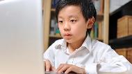 「媽媽,什麼是X你娘?」家庭醫師和孩子談性教育:你不教,就是給網路去教了!