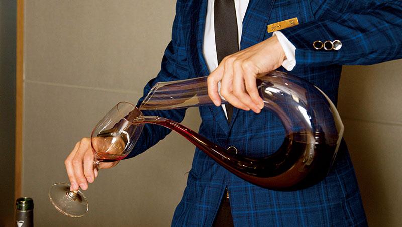 宴席間若有單寧重的年輕酒款,有機會見到侍酒師使用醒酒器,增加酒液與氧氣接觸面積,使單寧軟化順口。一般人以為醒酒必須把酒瓶拿高,這麼做只是噱頭,沒有實質效果。