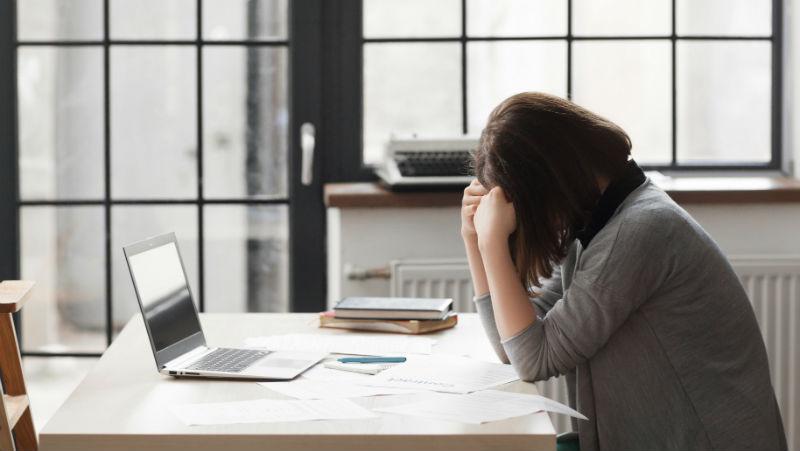 幫老闆打果汁、替老闆娘買名牌...總經理「被離職」,憂鬱症2年:我都44歲了,到哪找工作?