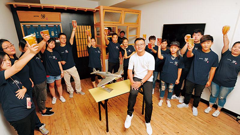 來自台灣的一芳水果茶,今年預計在對岸開出百家門市,創辦人柯梓凱(中)說,品牌想做大就要來中國市場闖。