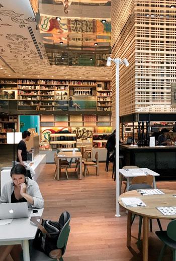 泰國曼谷最有名的購物中心, 最近新開了一家綜合式書店「Open House」,沿襲蔦屋書店的創意經營想法,並且更大膽去嘗試新事物,在書店界造成不小的轟動。