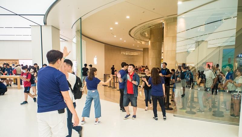 不用人擠人,看這篇就好!台灣Apple store一張木桌跟天花板的巧思,看出為何「山寨終究是山寨」