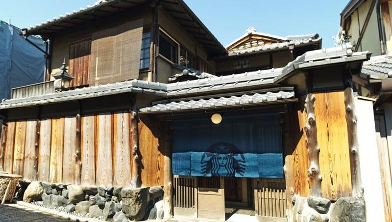 在茶屋喝咖啡!全球首間「榻榻米」星巴克在京都開幕,暑假要去玩的人別錯過