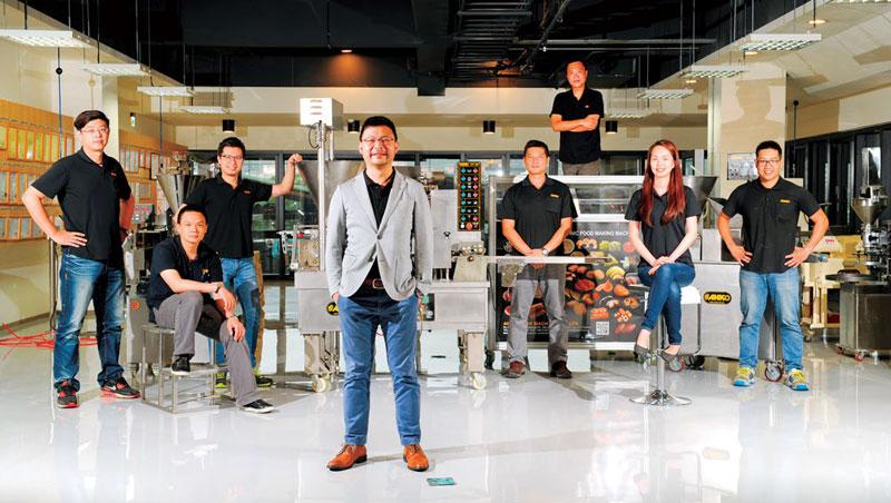 安口總經理歐陽志成( 左4) 帶領的團隊,平均年齡不到35 歲,善用年輕人也是安口挑戰客製化的一大特色。