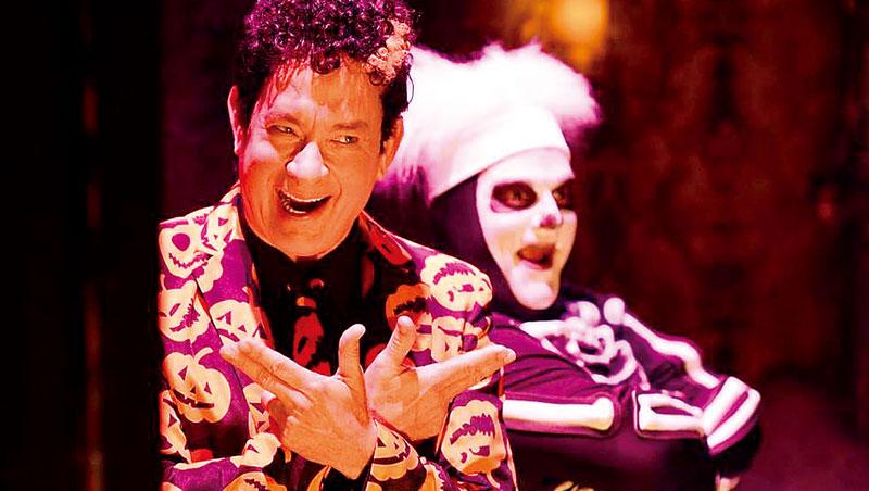 湯姆.漢克穿上搞笑西裝,化身「大衛南瓜」,在客串主持的節目中喜劇能量噴發。