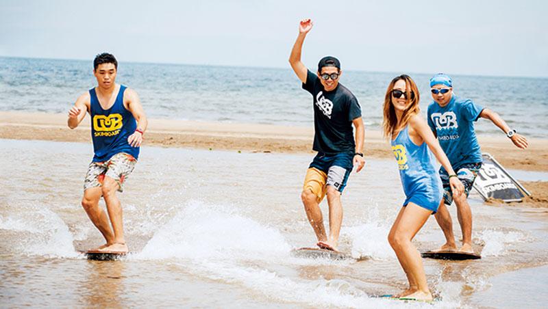 在淺水區體驗滑行的快感,站穩深蹲姿勢於沙板上,越能達到平衡。