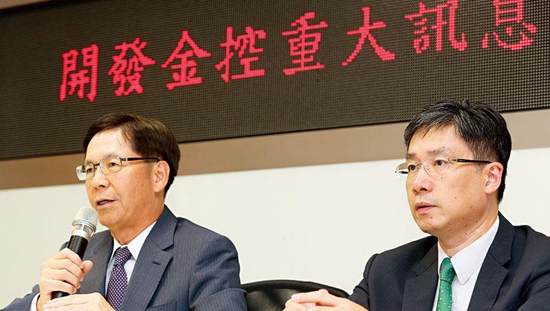 開發金代理總經理許道義(左)在證交所宣布公開收購中壽股權,讓雙方共用據點等互惠合作「檯面化」。