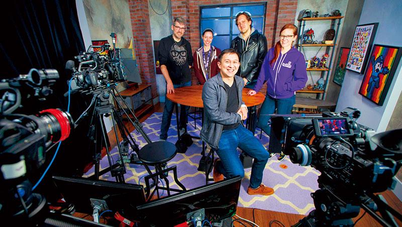 Twitch 除了提供網友直播服務,自己在舊金山總部內也建了攝影棚玩直播,自製各式節目,直接跟用戶互動。