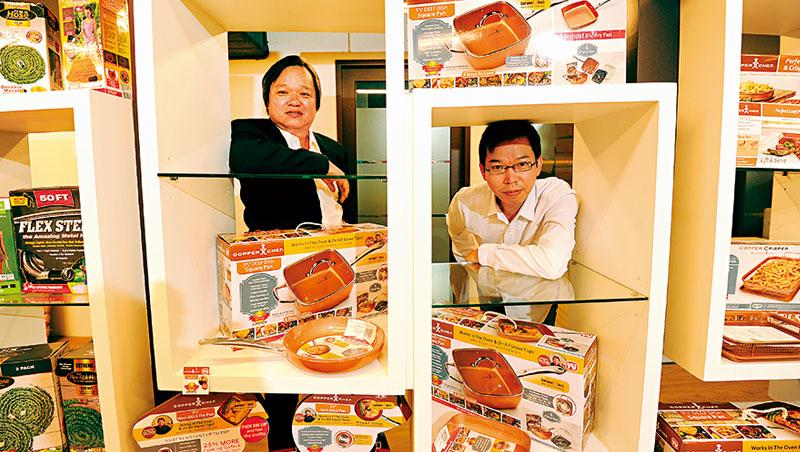 凱羿董事長蔡謀燦與弟弟、產品總經理蔡謀賦(右) 都是公司產品研發的靈魂人物。像這回兄弟聯手設計的方形深鍋,就成為帶動業績大爆發的明星商品。