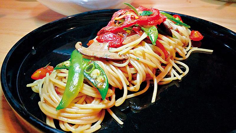 將聖女番茄、牛番茄、台灣土番茄自行烘製乾番茄,做出的蕈菇風乾番茄義大利麵,鮮美度不在葷食義大利麵之下。