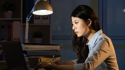 上班第一天,網頁設計師熬夜加班到早上9點,想回家睡覺...竟被主管開除「年輕人就是抗壓性低」