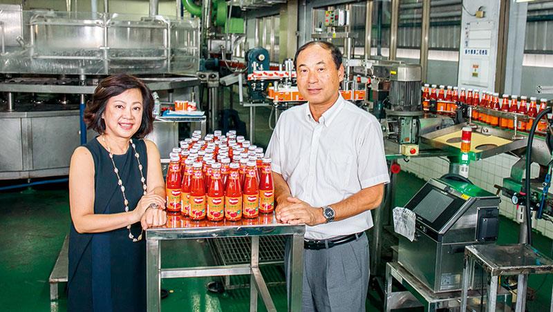 台南工廠生產線上,這款橘底紅標的可果美經典番茄醬,就是可果美存活至今的秘密武器。