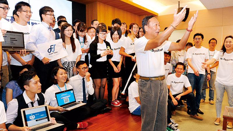 去年郭台銘出席鴻海舉辦的創業活動,大談創業經,還和年輕學員玩自拍,今年活動吸引更多人報名。